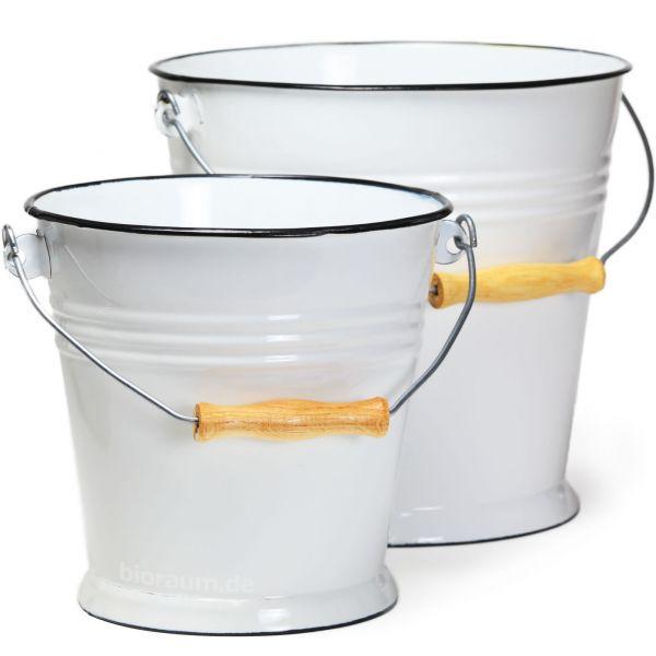 weiße Emailleeimer als Wasser- oder Mülleimer